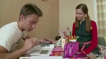 على الشابة مساعدته في أداء واجباته المدرسية لكنه يفكر في كسها