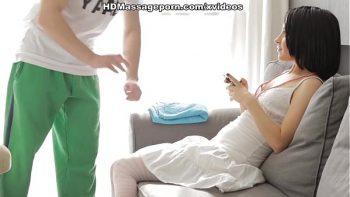 امرأة سمراء مع الطفل الصغير يتلقى تدليك وجزء من اللعنة