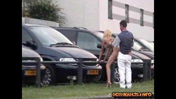 رفع تنورة هذه المرأة إلى ساحة انتظار بالمركز التجاري ليخترق ظهرها