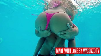 الهرات جيدة مارس الجنس والرطب في حوض السباحة