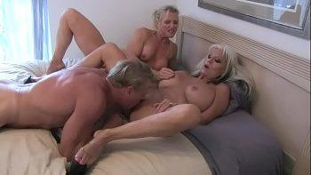 امرأتان من الاشقر في السن ، الجدات مارس الجنس من قبل واحد