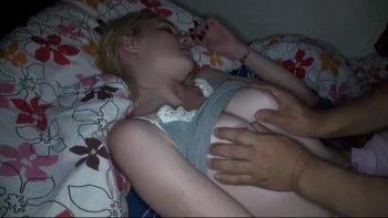 يستيقظ صديقته من النوم لمنحهم بعض القطع