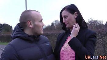 امرأة تبلغ من العمر معلقة في الشارع ومارس الجنس من قبل واحد أصغر منها
