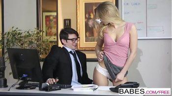سكرتير مثير يسحبها إلى مكتب رئيسه