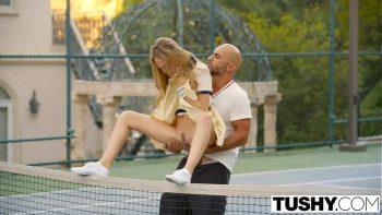 مارس الجنس مع صديقته في ملعب التنس