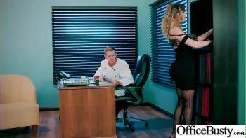 انها فرخ كبير في العمل الذي يمارس الجنس مع رئيسه حتى لو كانت متزوجة
