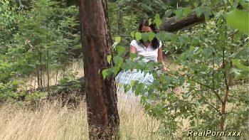 دفع عاهرة ليمارس الجنس معها في الغابة