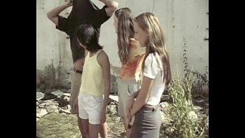 ثلاث أخوات مارس الجنس على حقل مهجور