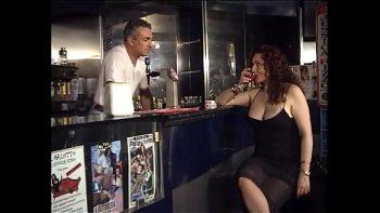 امرأة ذات شعر أحمر مارس الجنس في العضو التناسلي النسوي والحمار من قبل سائقها