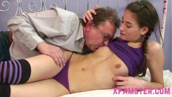 النظارات مع الآباء قليلا تمتص ديك ويمارس الجنس مع واحد من كبار السن مثلها