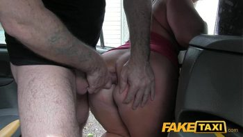 ركوب على شقراء مع سيارة أجرة ثم مارس الجنس في الحمار
