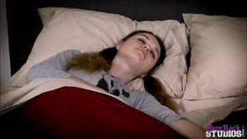 تستيقظ في نوم النوم لإعطائها القليل من اللسان ويمارس الجنس معها
