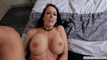 هذه السيدة ذات الصدور الكبيرة تريدك في سريرها