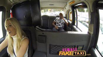 الشقراء الجيدة تقود التاكسي وتحرر من جميع العملاء