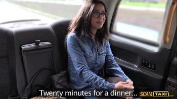 سائق التاكسي هو امرأة سمراء مع النظارات لديه الرقبة المستديرة