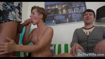 تُظهر لزوجها كيف يجب أن يمارس الجنس مع زوجته