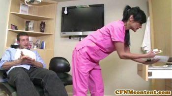 اثنين من الممرضات يمارسون الجنس مع ديك عندما تكون كبيرة