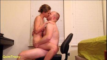 هواة زوجين ممارسة الجنس على كرسي مكتب