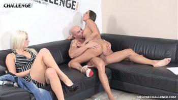 شقراء يتيح لها صديق يمارس الجنس مع أختها