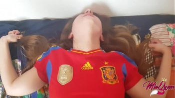 أسباني يتسلل إلى قميص فريق كرة القدم