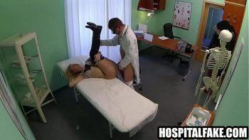 الطبيب يعطي هذا المريض لطيف قطعة