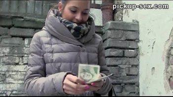 إنها تقدم له المال من أجل القيام بعرض معه