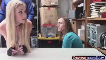 اثنين من العاهرات مجتمعة ومارس الجنس في متجر البائع