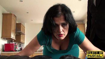 امرأة سمراء ناضجة مارس الجنس في الحمار ضخمة في أسلوب المتشددين