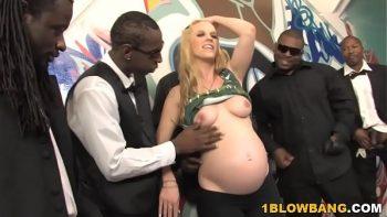 الشقراء الحامل للإوزة السوداء