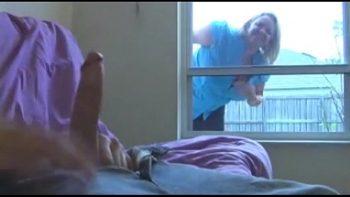 يرى على النافذة أنه يستمني ويساعدها على الانتهاء