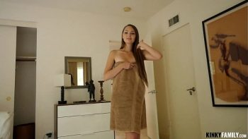 امرأة سمراء سمراء جميلة تمتص ديك ويحصل مارس الجنس عندما لا يكون في المنزل