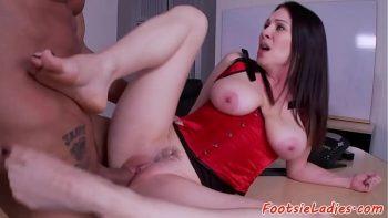 امرأة سمراء مع الآباء الكبيرة وترك مارس الجنس على المكتب