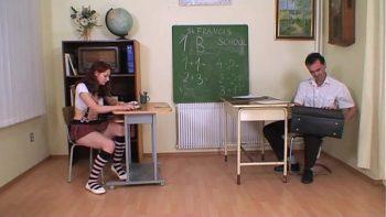 أخذ المعلم طالبه ذو الشعر الأحمر إلى غرفة الامتحان