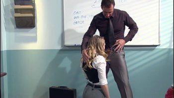 لديها خيال مع أستاذها وتريد أن تخترق الكرسي