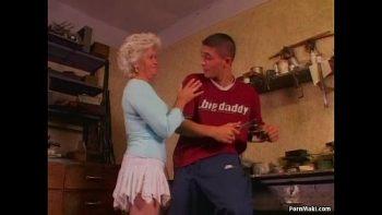 الجدة تطفو مارس الجنس في الحمار من قبل أحد الذين يمكن أن يكون حفيده