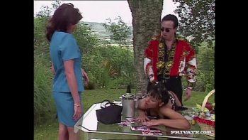امرأة سمراء مع كبير الثدي سخيف الحب الحديقة الخلفية