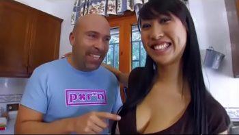 يأخذ المرأة الآسيوية ذات الشفتين الكبيرة إلى منزله