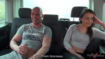 جيد الهنغارية تمتص ديك والحصول على مارس الجنس في سيارة أجرة