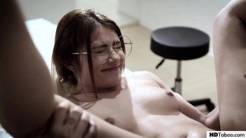 طبيب مثير مارس الجنس مرتين من قبل اثنين من المرضى