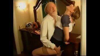 قدمت حفيدة الشباب كلمات حلوة لجدها ومارس الجنس معها ليمارس الجنس معها