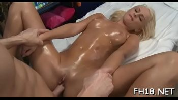 شقراء الرطب مع زيوت التشحيم يجعل الجنس لطيفة