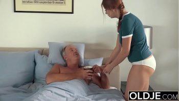 تحصل مارس الجنس على ممرضة أحمر الشعر مع الحلمة وتمتص ديكها