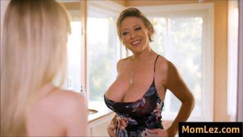امرأة ممتلئة الجسم مع كبير الثدي اليسار