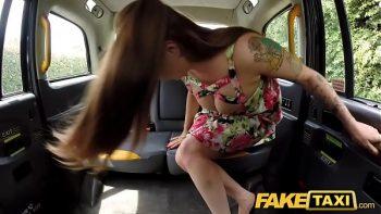 أحمر الشعر ذو الثديين الكبيرين يريد أن يمنحها اللسان في سيارتك الماكرة
