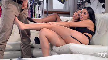 أحد رجال الأعمال يمارس الجنس مع نموذجين من امرأة سمراء في صب