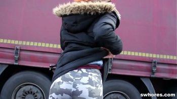 عاهرة أحمر الشعر تمتص ديك مقابل المال في موقف للسيارات