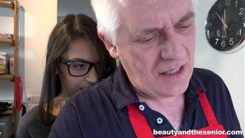 امرأة سمراء مع بابا صغير تحصل مارس الجنس مع الحمار كبيرة