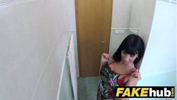 يقدم الطبيب بضعة يورو ليمارس الجنس معه