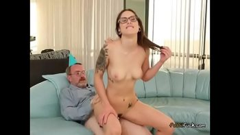 لديها كس القاطع لتروق لهذا الرجل الناضج الذي يريد أن يمارس الجنس معها بشكل مكثف