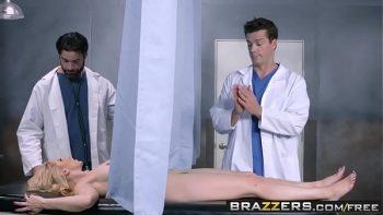 قام الأطباء بممارسة الجنس مع ممرضة تحت المراقبة